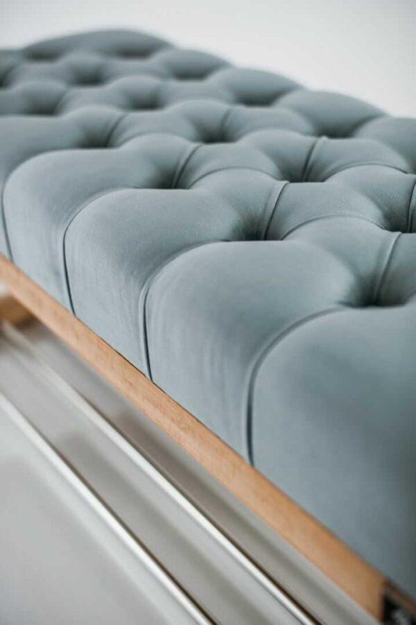 Sitzbank Chesterfield M-DEKO LPP-4 nach Maß aus Holz, mit Schuhregal und gestepptem Sitz aus silbergrauem Velours