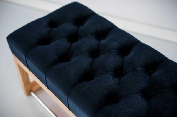 Sitzbank Chesterfield M-DEKO LPP-4 nach Maß aus Holz mit Schuhregal und gestepptem Sitz aus dunkelblauem Velours