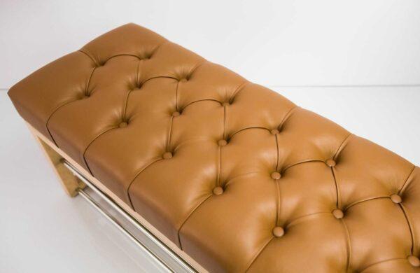 Schuhbank Chesterfield M-DEKO LPP-5 nach Maß aus Holz, mit zwei Schuhregalen und gestepptem Sitz aus braunem Kunstleder