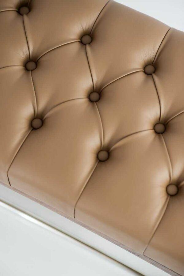 Sitzbank Chesterfield M-DEKO LPP-4 nach Maß aus Holz, mit Schuhregal und gestepptem Sitz aus hellbraunem Kunstleder