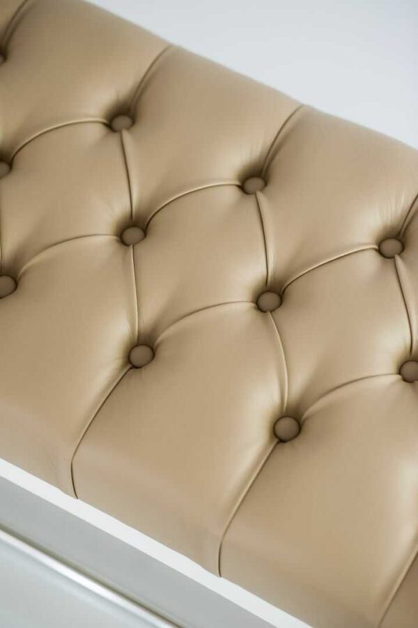 Sitzbank Chesterfield M-DEKO LPP-4 nach Maß aus weißem Holz, mit Schuhregal und gestepptem Sitz aus beigem Kunstleder