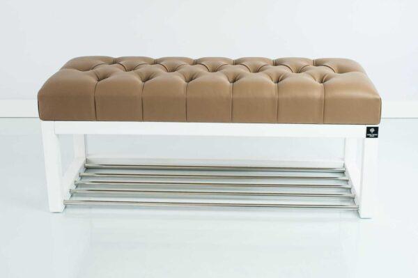 Sitzbank Chesterfield M-DEKO LPP-4 nach Maß aus weißem Holz, mit Schuhregal und gestepptem Sitz aus hellbraunem Kunstleder
