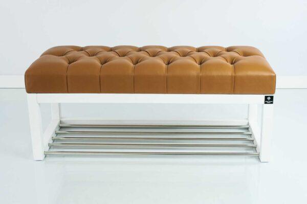 Sitzbank Chesterfield M-DEKO LPP-4 nach Maß aus weißem Holz, mit Schuhregal und gestepptem Sitz aus braunem Kunstleder