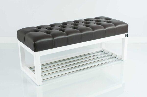Sitzbank Chesterfield M-DEKO LPP-4 nach Maß aus weißem Holz, mit Schuhregal und gestepptem Sitz aus dunkelbraunem Kunstleder