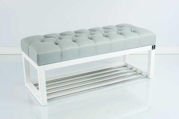 Sitzbank Chesterfield M-DEKO LPP-4 nach Maß aus weißem Holz, mit Schuhregal und gestepptem Sitz aus hellgrauem Kunstleder