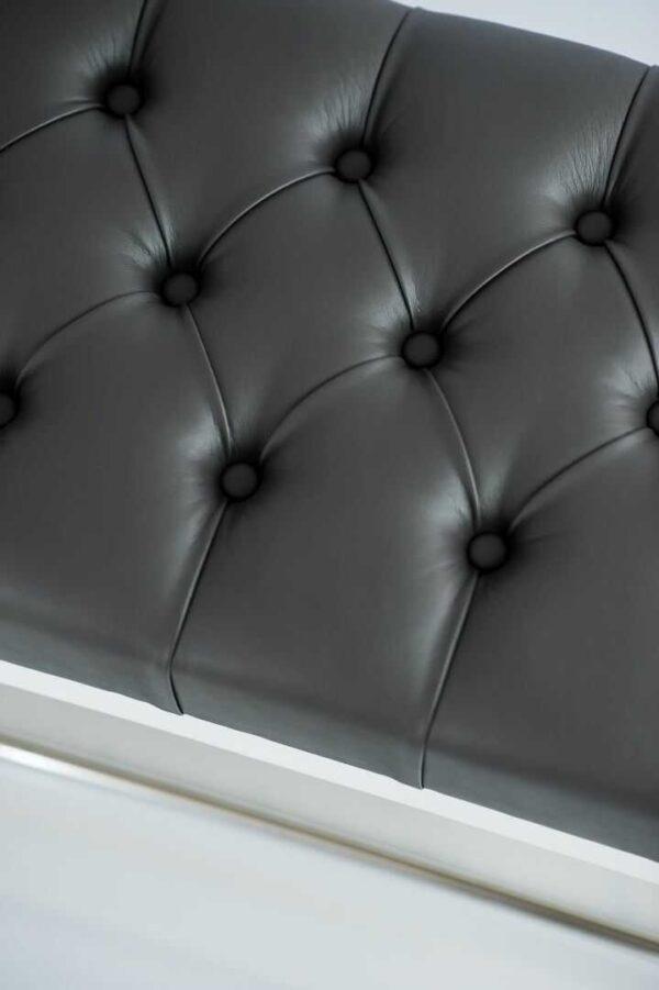 Sitzbank Chesterfield M-DEKO LPP-4 nach Maß aus weißem Holz, mit Schuhregal und gestepptem Sitz aus dunkelgrauem Kunstleder