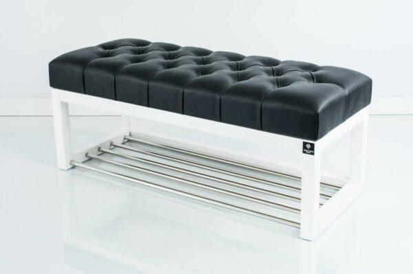 Sitzbank Chesterfield M-DEKO LPP-4 nach Maß aus weißem Holz, mit Schuhregal und gestepptem Sitz aus schwarzem Kunstleder